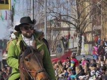 Το γενειοφόρο άτομο στο πράσινο σακάκι οδηγά το άλογο στοκ εικόνες
