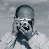 Το γενειοφόρο άτομο τουριστών φωτογραφίζει μια παλαιά κάμερα ταινιών Στοκ Εικόνα