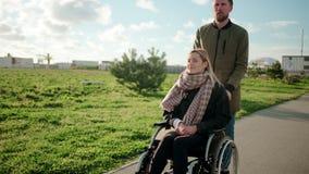 Το γενειοφόρο άτομο ωθεί την άκυρη μεταφορά της συζύγου του, που περπατά από κοινού απόθεμα βίντεο