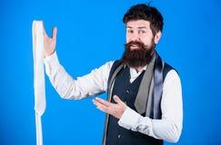 Το γενειοφόρο hipster ατόμων κρατά λίγες γραβάτες Τύπος με τη γενειάδα που επιλέγει το δεσμό Τέλεια γραβάτα Τύποι εξαρτημάτων γρα στοκ εικόνες