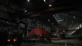 Το γενικό σχέδιο των εγκαταστάσεων για την παραγωγή του μετάλλου Μαύροι τοίχοι, εργαλειομηχανές, ορατός καυτός χάλυβας απόθεμα βίντεο