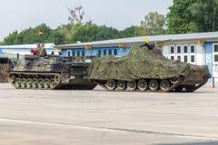 το γερμανικό θωρακισμένο όχημα αποκατάστασης, Bergepanzer 2 τραβά μια χαλασμένη δεξαμενή στην ανοικτή ημέρα στην αποδοκιμασία bur Στοκ Φωτογραφίες
