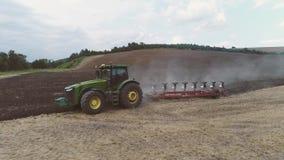 Το γεωργικό τρακτέρ οργώνει έναν μεγάλο τομέα φιλμ μικρού μήκους
