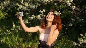 Το γελώντας κορίτσι κάνει ένα Selfie κίνηση αργή φιλμ μικρού μήκους