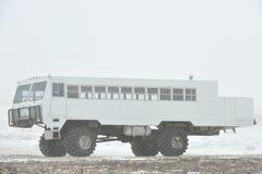 Το για όλα τα εδάφη όχημα για τα ταξίδια χιονιού σε μια χιονοθύελλα χιονιού tundra Ειδικό αυτοκίνητο για το αρκτικό σαφάρι Στοκ Φωτογραφίες
