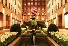 το γιγαντιαίο λαγουδάκι Πάσχας topiary που επιδεικνύει στο κεντρικό κανάλι Rockefeller καλλιεργεί τη νύχτα Στοκ Φωτογραφίες