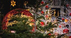 Το γιγαντιαίο κόκκινο σφαιρών Χριστουγέννων οδήγησε όπου γράφεται σε γαλλικό Stras στοκ εικόνες με δικαίωμα ελεύθερης χρήσης