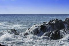 Το γιγαντιαίο τυρκουάζ πρήζεται συντριμμένος στους μαύρους απότομους βράχους λάβας θερινό ημερησίως μπλε ουρανού στη Σικελία στοκ φωτογραφίες