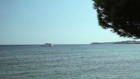 Το γιοτ δένεται δίπλα στην περιοχή παραλιών Ισπανικές παραλίες στη πλευρά δ ` EN Blanes Μαγιόρκα φιλμ μικρού μήκους