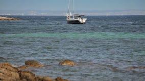 Το γιοτ δένεται δίπλα στην περιοχή παραλιών Ισπανικές παραλίες στη πλευρά δ ` EN Blanes Μαγιόρκα απόθεμα βίντεο