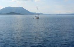Το γιοτ και η μπλε θάλασσα Στοκ εικόνες με δικαίωμα ελεύθερης χρήσης