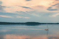 Το γιοτ με τα πανιά δίπλωσε τη ροή στο λιμάνι Στοκ Φωτογραφία