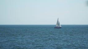 Το γιοτ με τα πανιά που επιπλέουν στη θάλασσα απόθεμα βίντεο