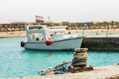 Το γιοτ με την αιγυπτιακή σημαία ελλιμένισε σε μια αποβάθρα στη Ερυθρά Θάλασσα Στοκ εικόνες με δικαίωμα ελεύθερης χρήσης