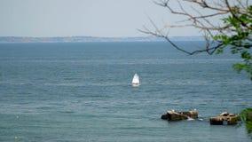 Το γιοτ που επιπλέει στη θάλασσα Στη μακρινή τράπεζα μπορεί να δει την πόλη απόθεμα βίντεο