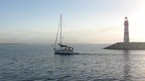 Το γιοτ Sailling διασχίζει τη θάλασσα με την αλιεία απόθεμα βίντεο
