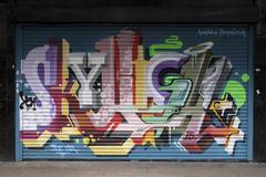 Το γκράφιτι στο closedup ψωνίζει στον περίπατο αγορών arcade ST George `` μείωσης σε Croydon Στοκ Εικόνες
