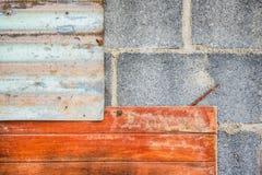 Το γκρίζο τούβλο και ο ξύλινος και γαλβανισμένος τοίχος φύλλων σιδήρου παλαιός Για την ταπετσαρία στοκ εικόνες με δικαίωμα ελεύθερης χρήσης