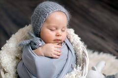 Το γλυκό αγοράκι στο καλάθι, το κράτημα και το αγκάλιασμα teddy αντέχουν, peacef Στοκ φωτογραφία με δικαίωμα ελεύθερης χρήσης