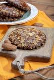 Το γλυκό επιδόρπιο για την εποχή φθινοπώρου, ολλανδικά γέμισε τα μπισκότα με το αμυγδαλωτό και τα αμύγδαλα στοκ φωτογραφία με δικαίωμα ελεύθερης χρήσης