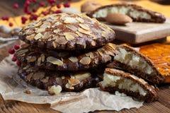 Το γλυκό επιδόρπιο για την εποχή φθινοπώρου, ολλανδικά γέμισε τα μπισκότα με το αμυγδαλωτό και τα αμύγδαλα στοκ εικόνες