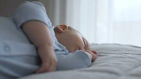 Το γλυκό λίγο αγοράκι κοιμάται με το δάχτυλό του στο στόμα του απόθεμα βίντεο