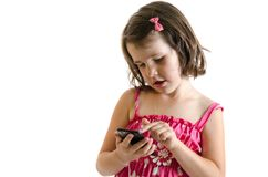 Το γλυκό παιχνίδι μικρών κοριτσιών στο smartphone απομονωμένος Στοκ φωτογραφία με δικαίωμα ελεύθερης χρήσης