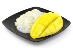 Το γλυκό ρύζι σε ένα πιάτο μια κίτρινη ώριμη γλυκιά φέτα φρούτων και μάγκο beautifulmango με τους κύβους απομόνωσε το άσπρο υπόβα Στοκ εικόνες με δικαίωμα ελεύθερης χρήσης