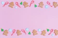 Το γλυκό Χριστουγέννων μεταχειρίζεται το υπόβαθρο σχεδίων Επίπεδος βάλτε τις διακοπές συμπυκνωμένες Στοκ Φωτογραφία