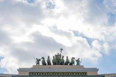Το γλυπτό στη θριαμβευτική αψίδα του Γενικού Επιτελείου Στοκ φωτογραφία με δικαίωμα ελεύθερης χρήσης