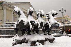 Το γλυπτό των αλόγων στην πλατεία Manege κατά τη διάρκεια των βαριών χιονοπτώσεων Στοκ Φωτογραφία