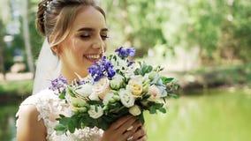 Το γοητευτικό κορίτσι νυφών κρατά μια όμορφη γαμήλια ανθοδέσμη απόθεμα βίντεο