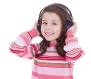 Το γοητευτικό μικρό κορίτσι ακούει τη μουσική. Στοκ Εικόνα