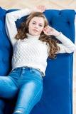 Το γοητευτικό νέο πρότυπο σε ένα πουλόβερ και τα τζιν χαλαρώνει Στοκ φωτογραφία με δικαίωμα ελεύθερης χρήσης