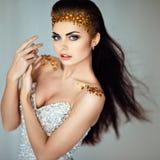 Το γοητευτικό πορτρέτο ενός όμορφου brunette κοριτσιών με τα τσέκια Στοκ Εικόνες