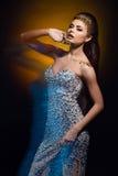 Το γοητευτικό πορτρέτο ενός όμορφου brunette κοριτσιών στο φόρεμα, em Στοκ φωτογραφίες με δικαίωμα ελεύθερης χρήσης