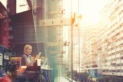 Το γοητευτικό hipster κορίτσι κουβεντιάζει στο κινητό τηλέφωνο Στοκ Εικόνα