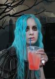 Το γοτθικό κορίτσι βαμπίρ πίνει το αίμα από ένα γυαλί στο υπόβαθρο crypt διανυσματική απεικόνιση