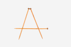 Το γράμμα Α αλφάβητου τακτοποιείται από το πλέξιμο των βελόνων Τοπ όψη η ανασκόπηση απομόνωσε το λευκό Στοκ Εικόνες