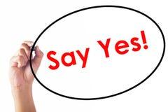 Το γράψιμο επιχειρηματιών λέει ναι τη λέξη με τη μάνδρα Στοκ φωτογραφίες με δικαίωμα ελεύθερης χρήσης