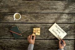 Το γράψιμο επιχειρηματιών επιτυγχάνει το σημάδι στόχων σας στοκ εικόνα με δικαίωμα ελεύθερης χρήσης