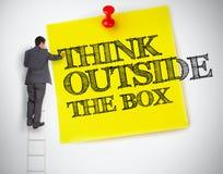 Το γράψιμο επιχειρηματιών σκέφτεται έξω από το κιβώτιο σε έναν μετα αυτό Στοκ εικόνα με δικαίωμα ελεύθερης χρήσης