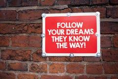 Το γράψιμο κειμένων γραφής ακολουθεί τα όνειρά σας που ξέρουν τον τρόπο Έννοια που σημαίνει το κίνητρο έμπνευσης για να πάρει την στοκ εικόνα
