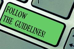 Το γράψιμο κειμένων γραφής ακολουθεί τις οδηγίες Η έννοια έννοιας δίνει προσοχή στο γενικό κανόνα, τις αρχές ή τις συμβουλές στοκ φωτογραφίες