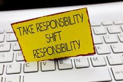 Το γράψιμο κειμένων γραφής παίρνει την ευθύνη μετατόπισης ευθύνης Η σημασία έννοιας είναι ωριμασμένη παίρνει την υποχρέωση στοκ φωτογραφία