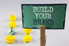 Το γράψιμο κειμένων γραφής χτίζει το εμπορικό σήμα σας Η έννοια έννοιας δημιουργεί τη λογότυπών σας εγχώρια αγορά διαφήμισης Ε συ Στοκ Εικόνες