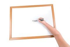 Το γράψιμο παιδιών σε έναν ξηρό σβήνει τον πίνακα Στοκ Φωτογραφία