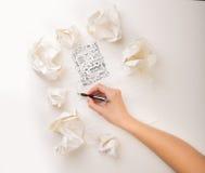 Το γράψιμο παραδίδει το τσαλακωμένο έγγραφο Στοκ φωτογραφίες με δικαίωμα ελεύθερης χρήσης