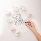 Το γράψιμο παραδίδει το τσαλακωμένο έγγραφο Στοκ εικόνες με δικαίωμα ελεύθερης χρήσης