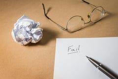 Το γράψιμο χεριών αποτυγχάνει σε χαρτί με το τσαλακωμένο έγγραφο Επιχειρησιακές απογοητεύσεις, πίεση εργασίας και αποτυχημένη ένν Στοκ Φωτογραφία